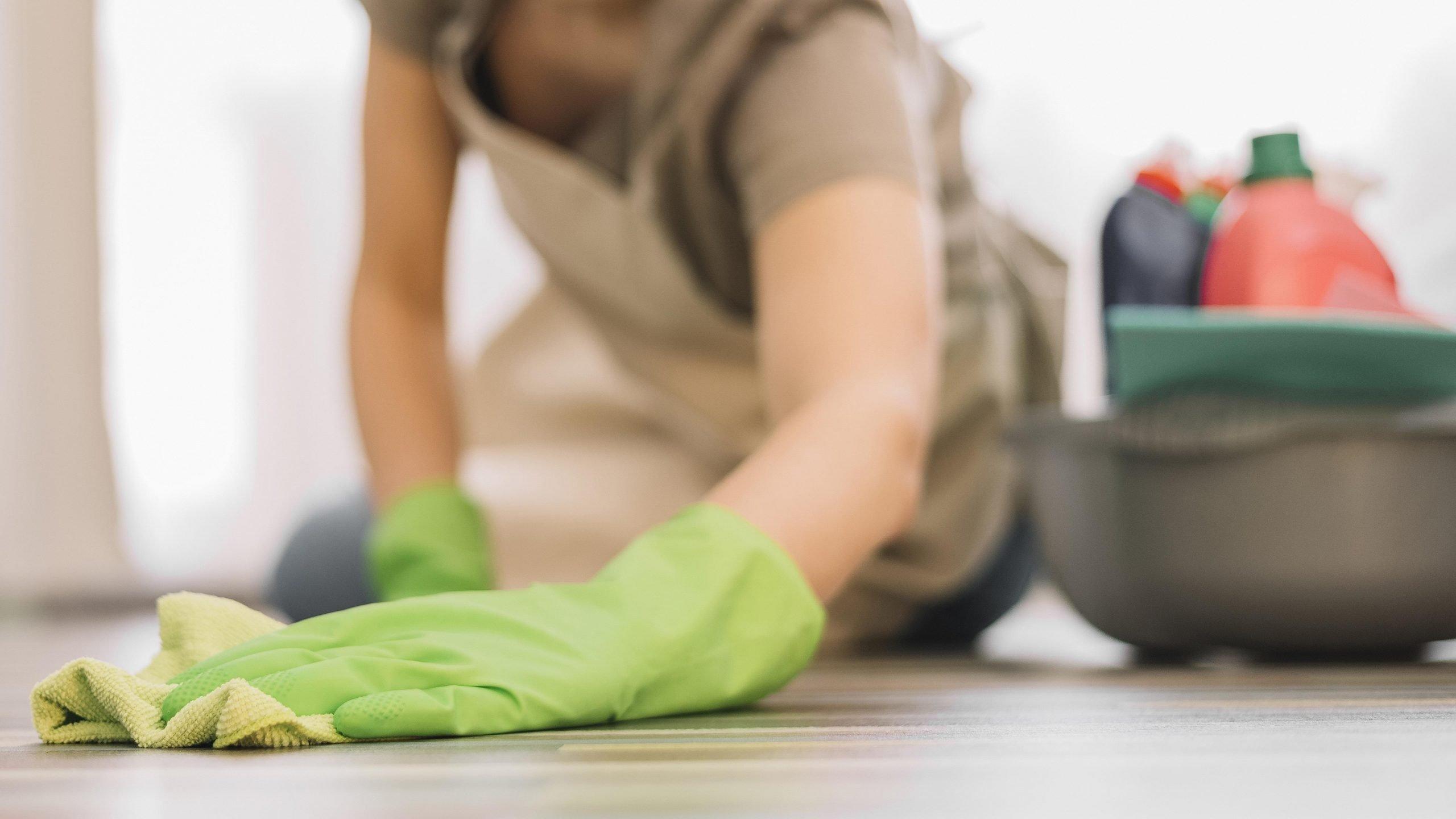 Cómo limpiar las manchas de pintura del piso