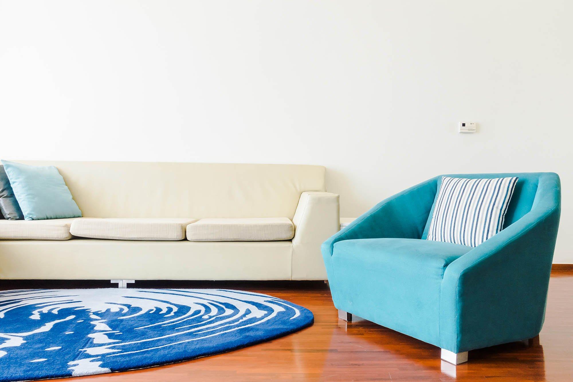 sala blanco y azul turquesa