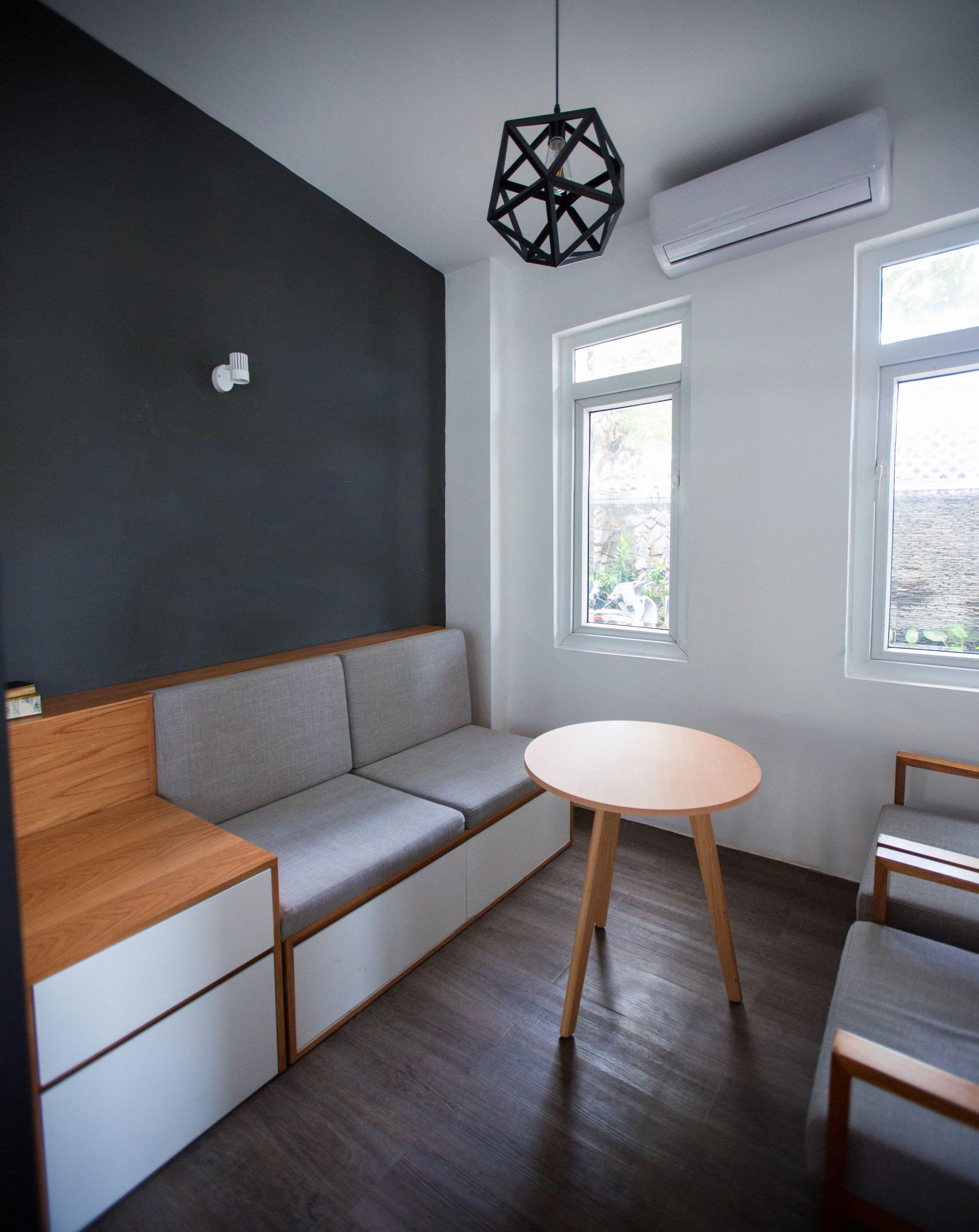 Sala comedor oficina en tonos grises