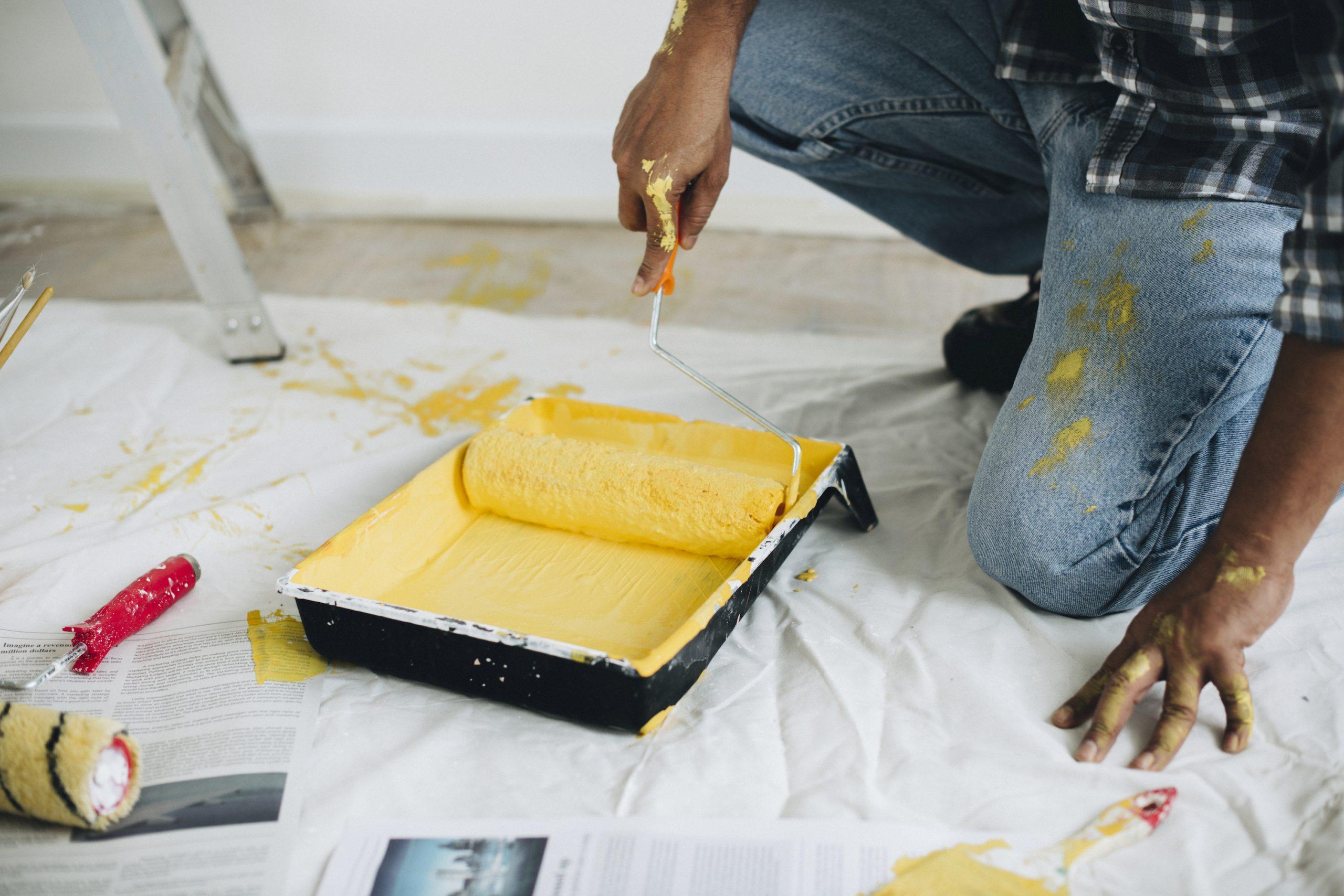Cómo pintar una pared Proteja su bandeja de pintura