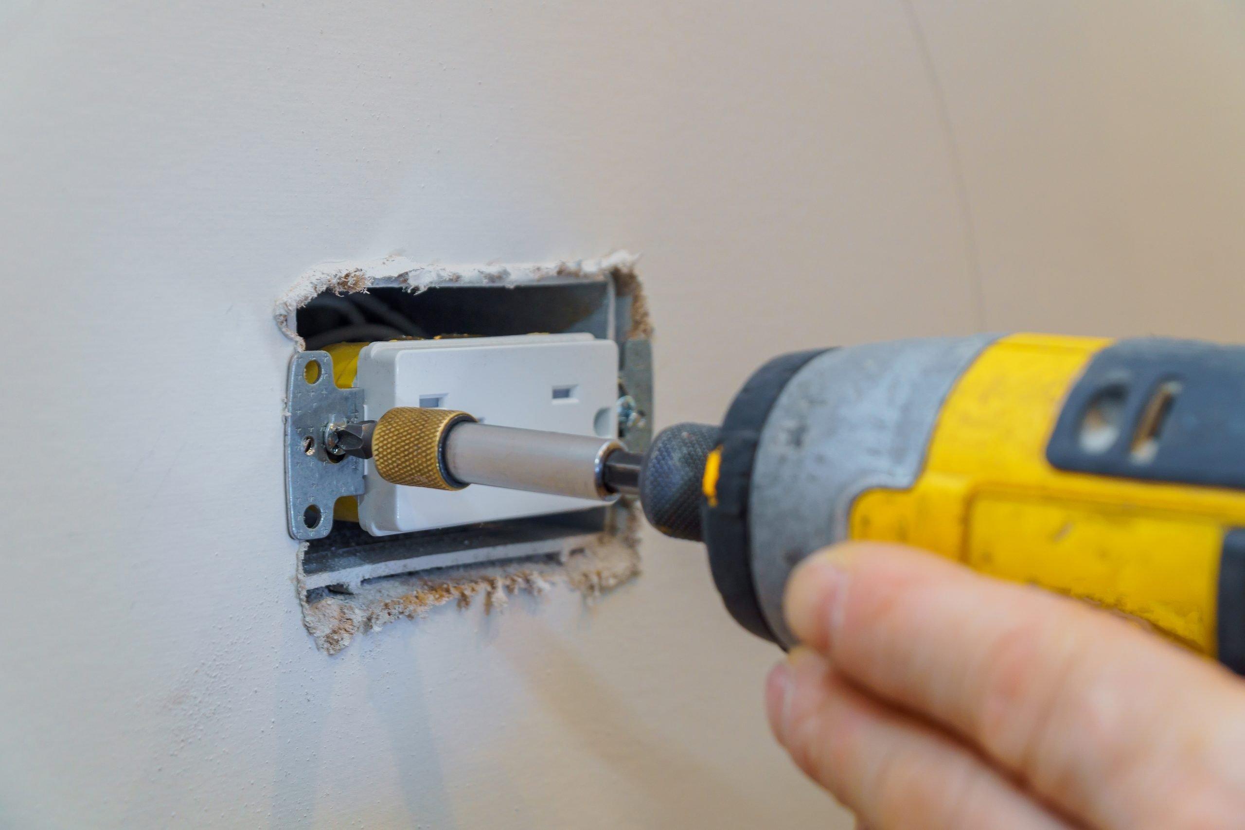 Cómo pintar una pared Retirar las tapas de interruptores de luz y las tapas de salida