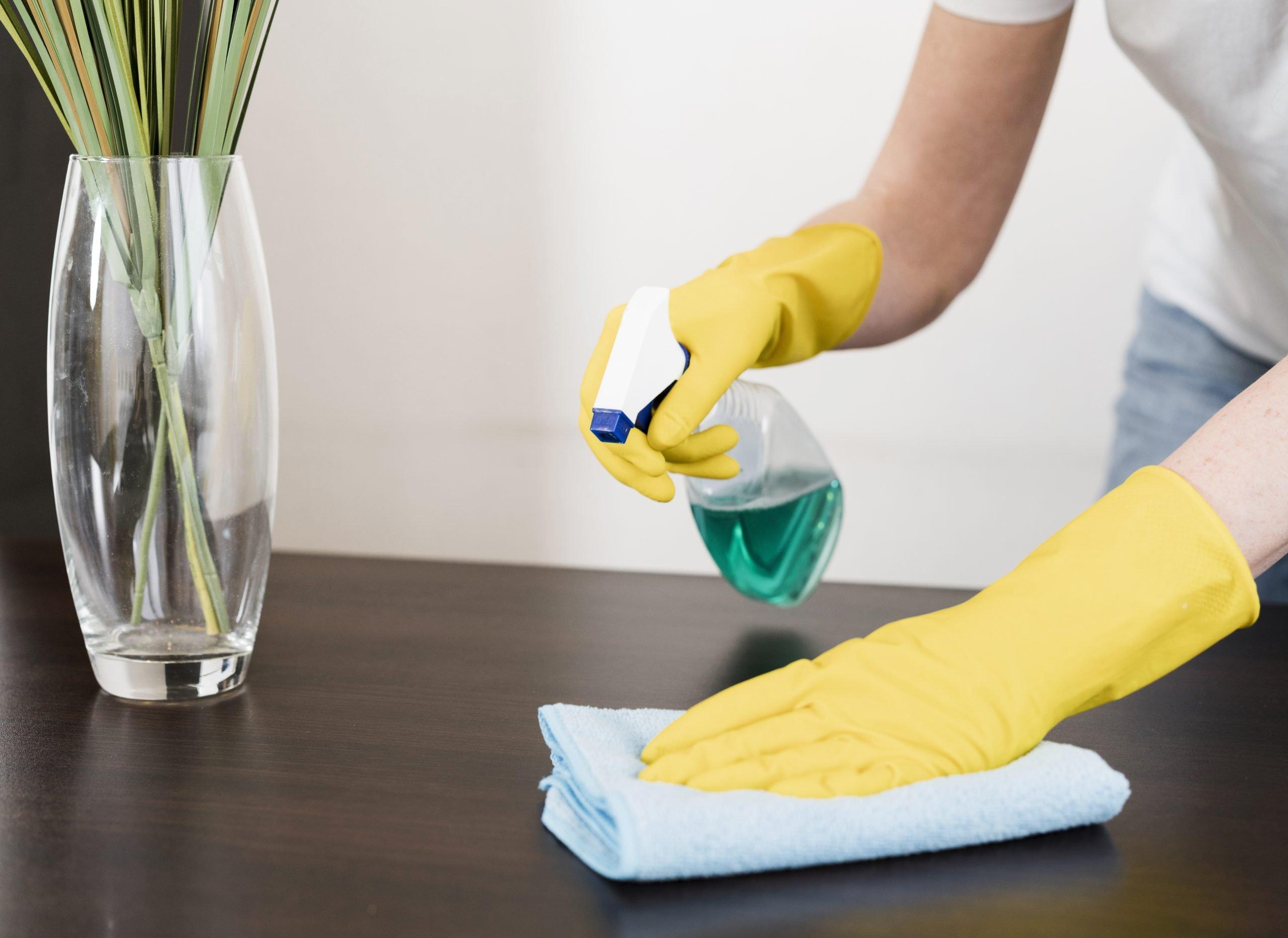 limpieza del hogar Usar guantes desechables al limpiar y lavar la ropa