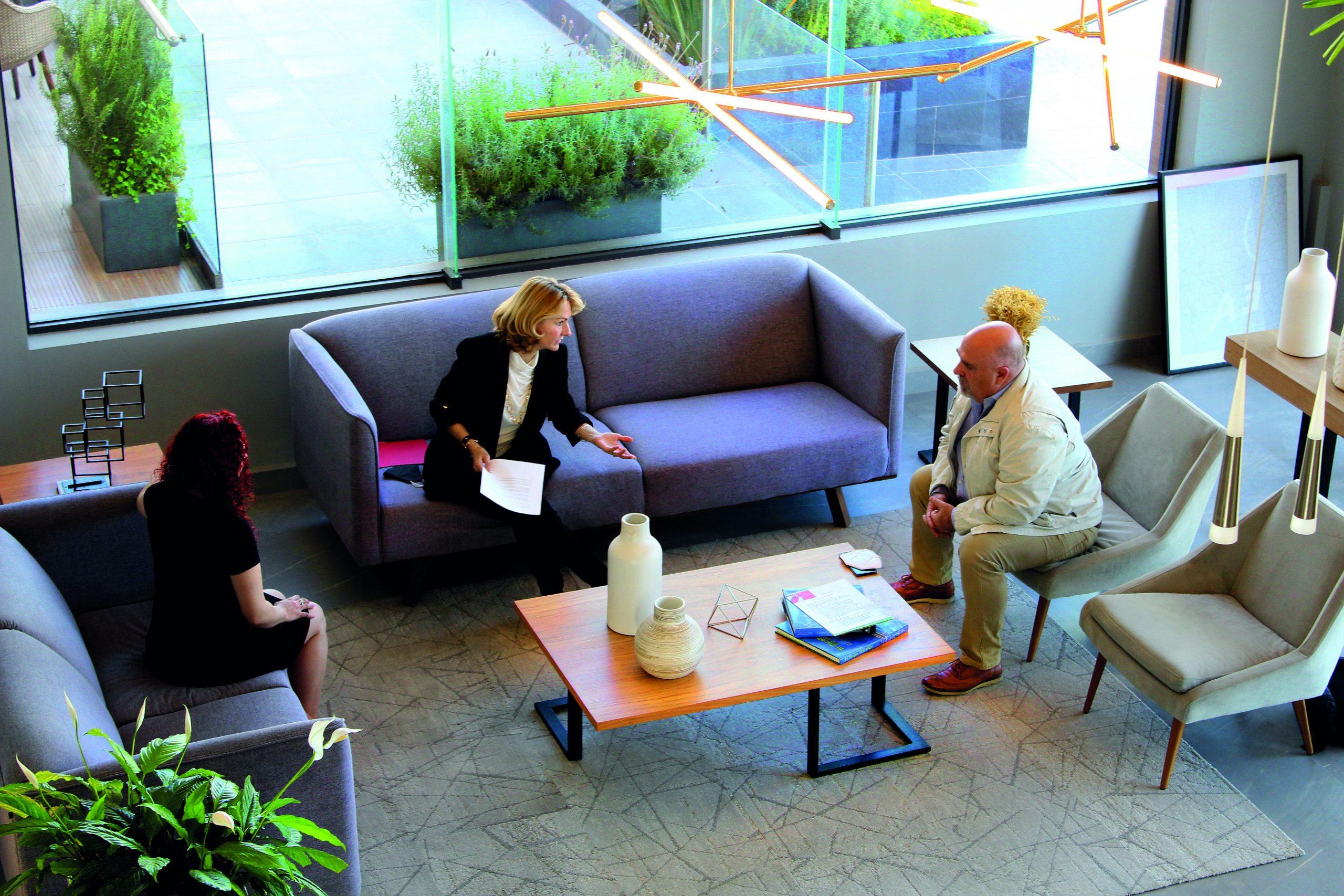 Silvia Cantero de La Guía Inmobiliaria conversando con Uberto Lammoglia y Ariadna Diaz, directora de Plaza de Grupo Urbania